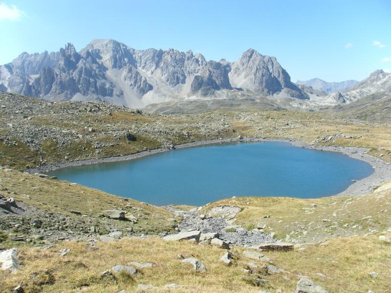 Lac rond des Muandes. Pointe et massif des Cerces en fond. ©