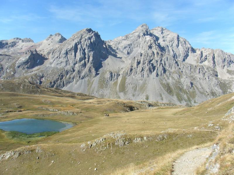 Variante du lac des Cerces sur fond de Grand Galibier. ©