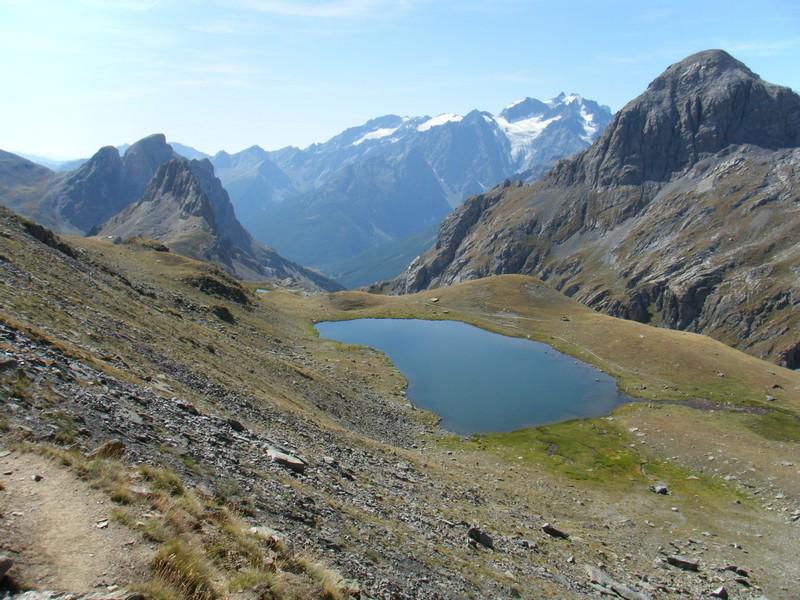 Lac de la Ponsonnière avec en fond les Agneaux. ©